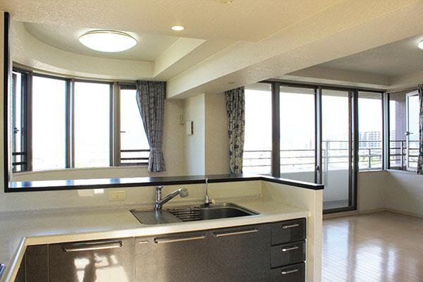 キッチンにはディスポーザー、人工大理石の天板、吊戸棚には耐震ラッチ付