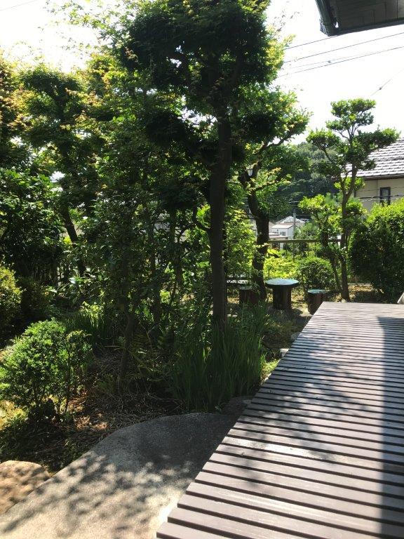 縁側に座って庭をのんびり鑑賞する。<br /> 穏やかな日常が待っていそうですね!