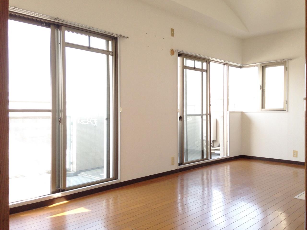 解放感ある広い窓から光がさします。