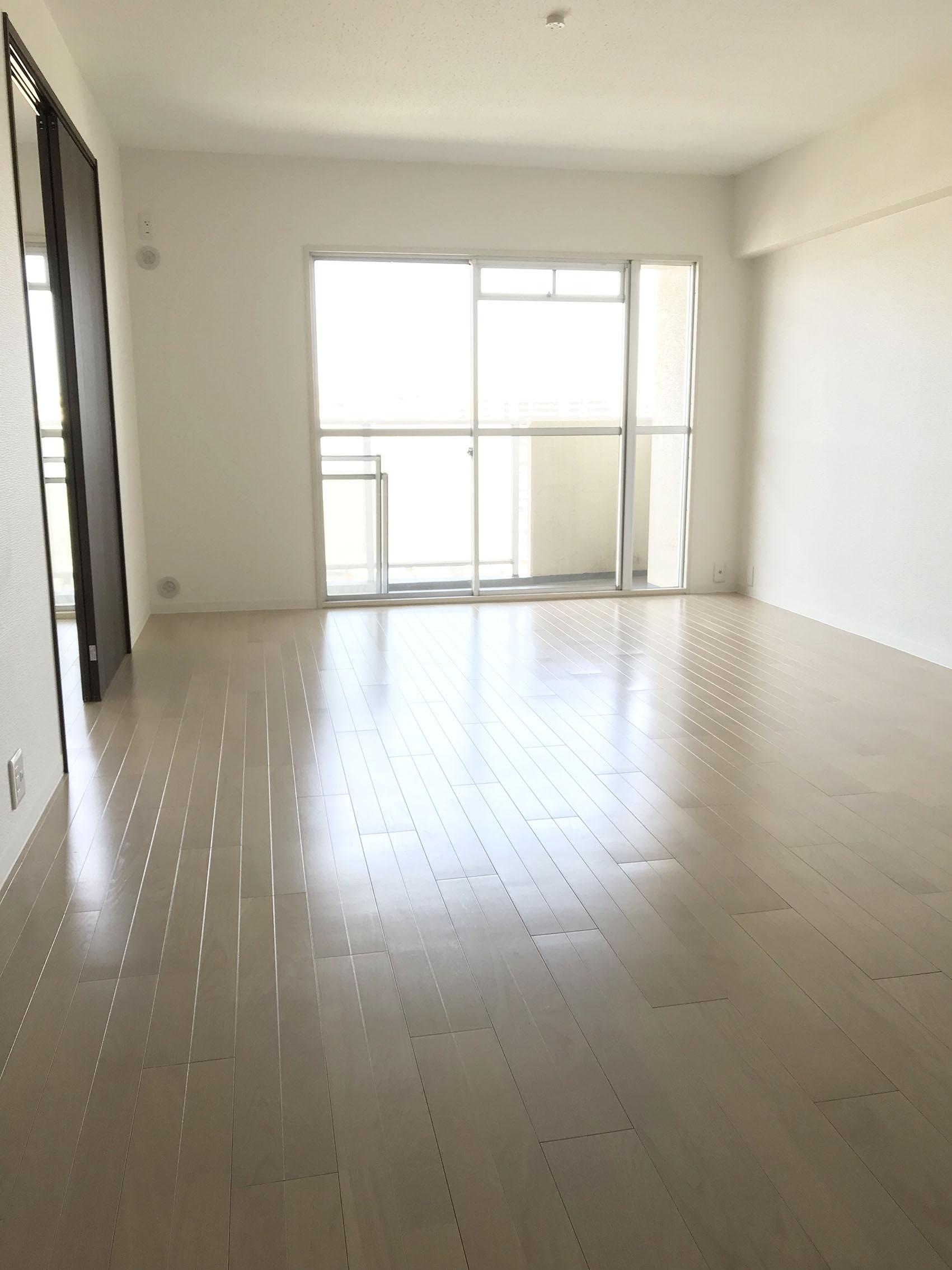 広々LDK 壁と床がホワイト中心なので、広々感じます。