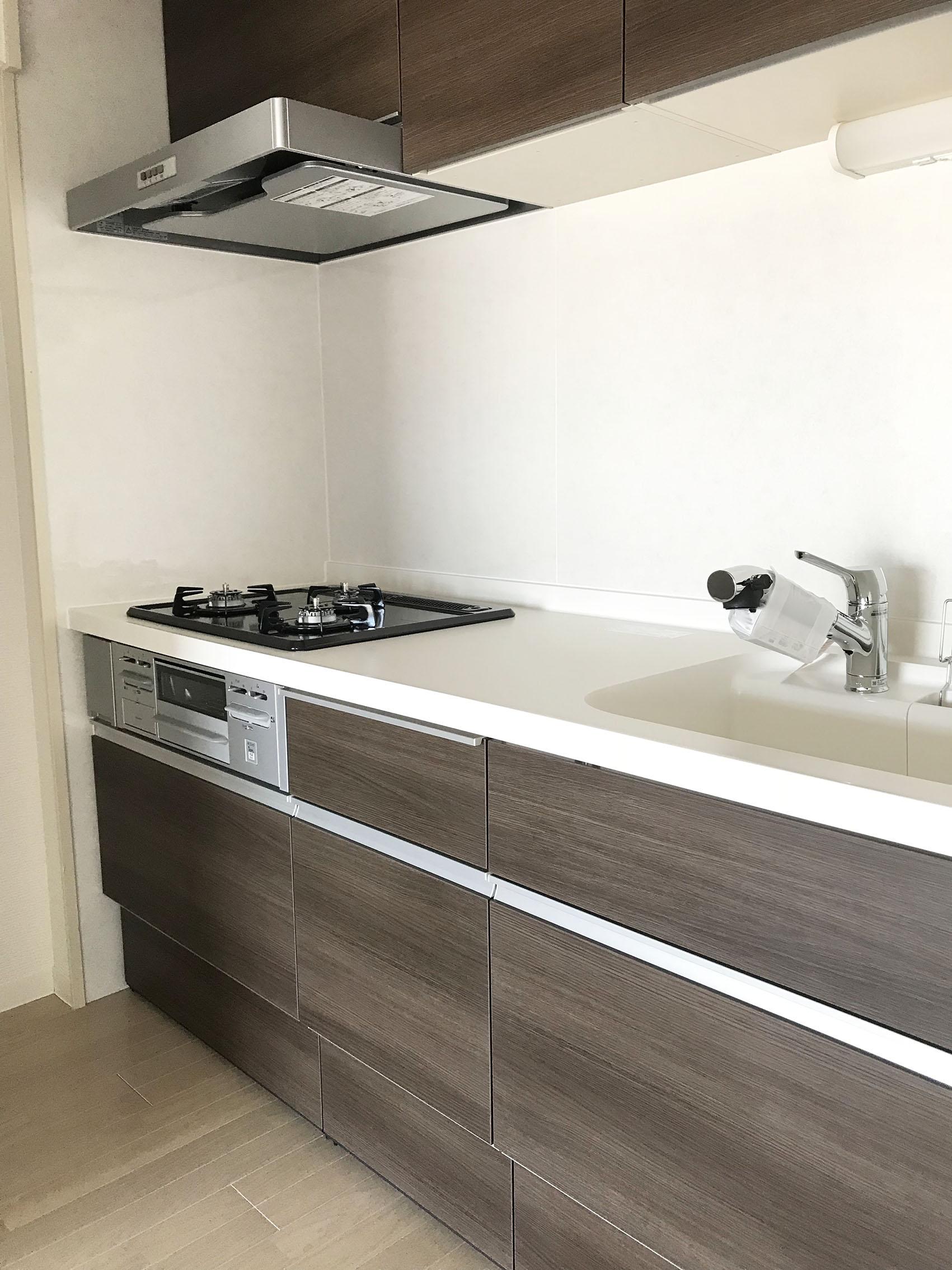 大きなシンクに浄水器付。<br /> 清潔感のある白とダークブラウンでシックなキッチン。<br /> 食洗機はついていませんが、収納力あり♪