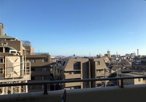 こちらは腫れの日のバルコニーからの風景<br /> 光も風も気持ちよく入ってきます。