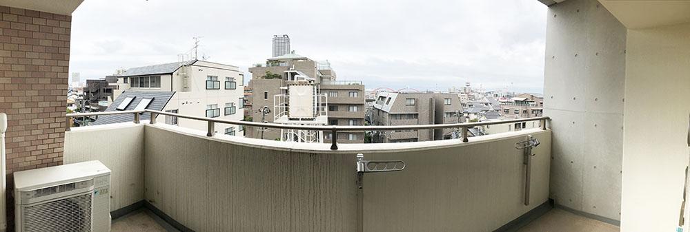 雨の日でしたが、眺望の良さは伝わるかな・・。<br /> 南東角部屋です。<br /> バルコニー隣接壁はプライバシーが保たれる構造。