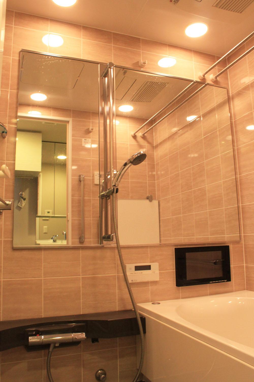 浴室TV付き。大きな鏡も。<br /> ガラス棚で上品な空間になっています。