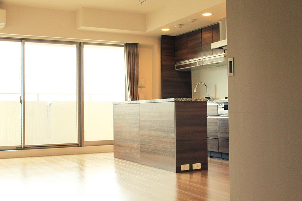 カウンターキッチン付。大収納なので置き場に<br /> 悩まされることはありません。<br /> キッチンは、収納棚が降りてくる嬉しい工夫あり♪<br /> <br />  床暖房付のリビングダイニング 14,5帖。<br /> 3面の大きな窓が、南からの光を届けてくれます。