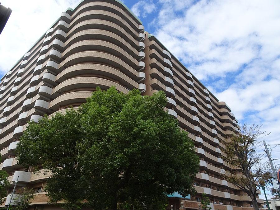 総戸数328戸の大型マンション<br /> 子供達の数も多い活気あふれるマンションです。<br /> 共有スペースも広く、マンション前の歩道も十分にあり、<br /> 敷地面積が広いゆったりとした風格ある建物