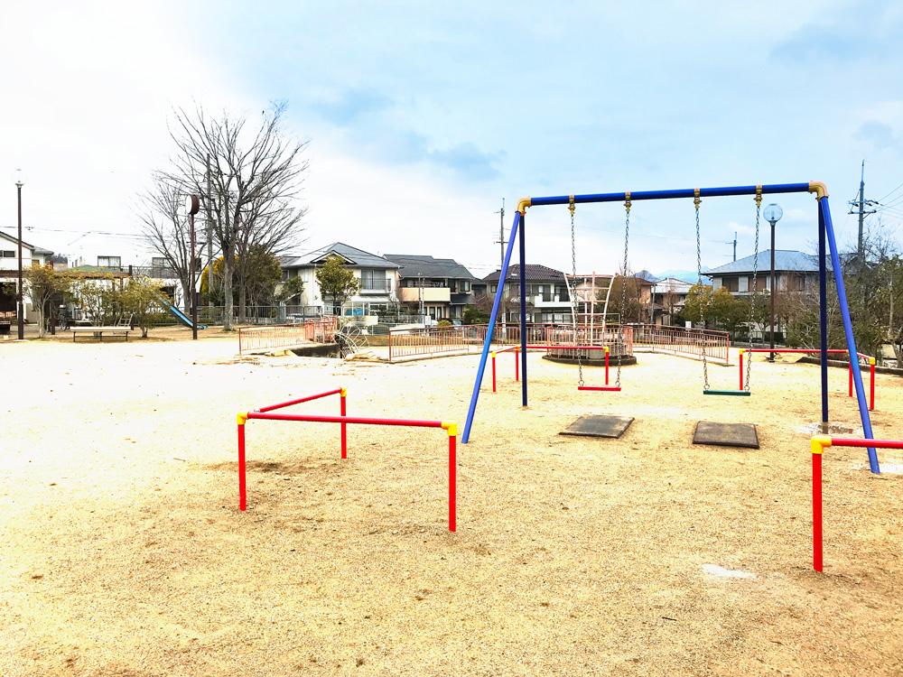 歩いて2分程の公園、時間的に子供はいませんでしたが、丁寧に整備されている公園でした。