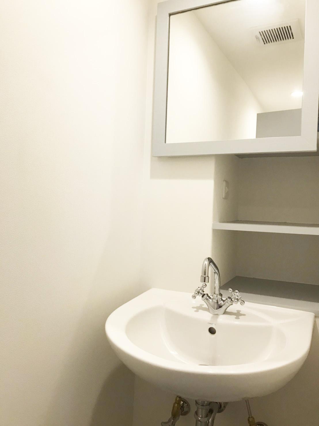 洗面鏡の棚は案外奥行きがあり荷物もゆとり。<br /> 鏡の奥は窓になっているので、空気も通ります。