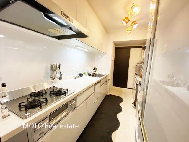 キッチンは白い清潔感のある空間に。料理に専念できる場所です。リビングへの匂いの移りも気になりません。